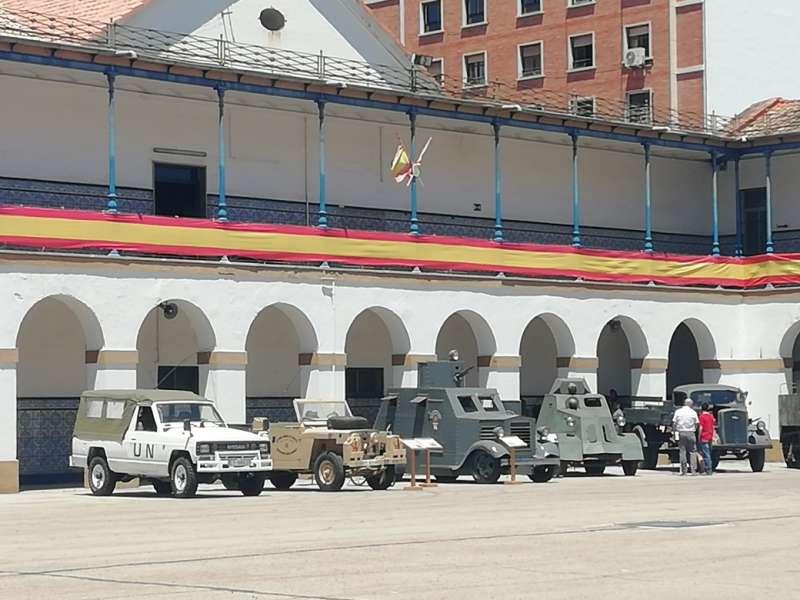 Exposición de vehículos militares en el cuartel de la Alameda