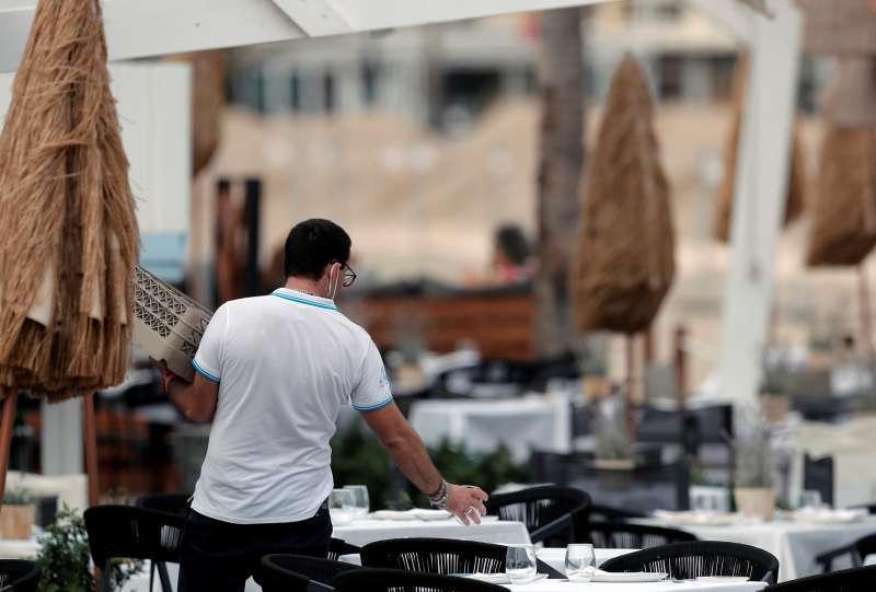 Un hostelero en una terraza de la Comunitat Valenciana. EPDA