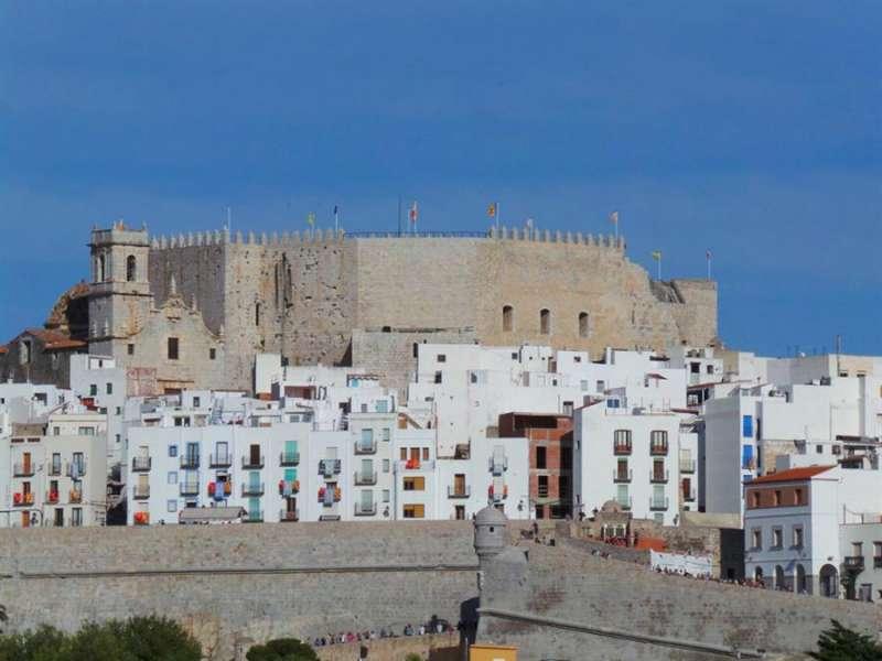 Vista parcial de la localidad de Peñíscola y su castillo desde la playa sur. EFE/Txema Ruiz/Archivo