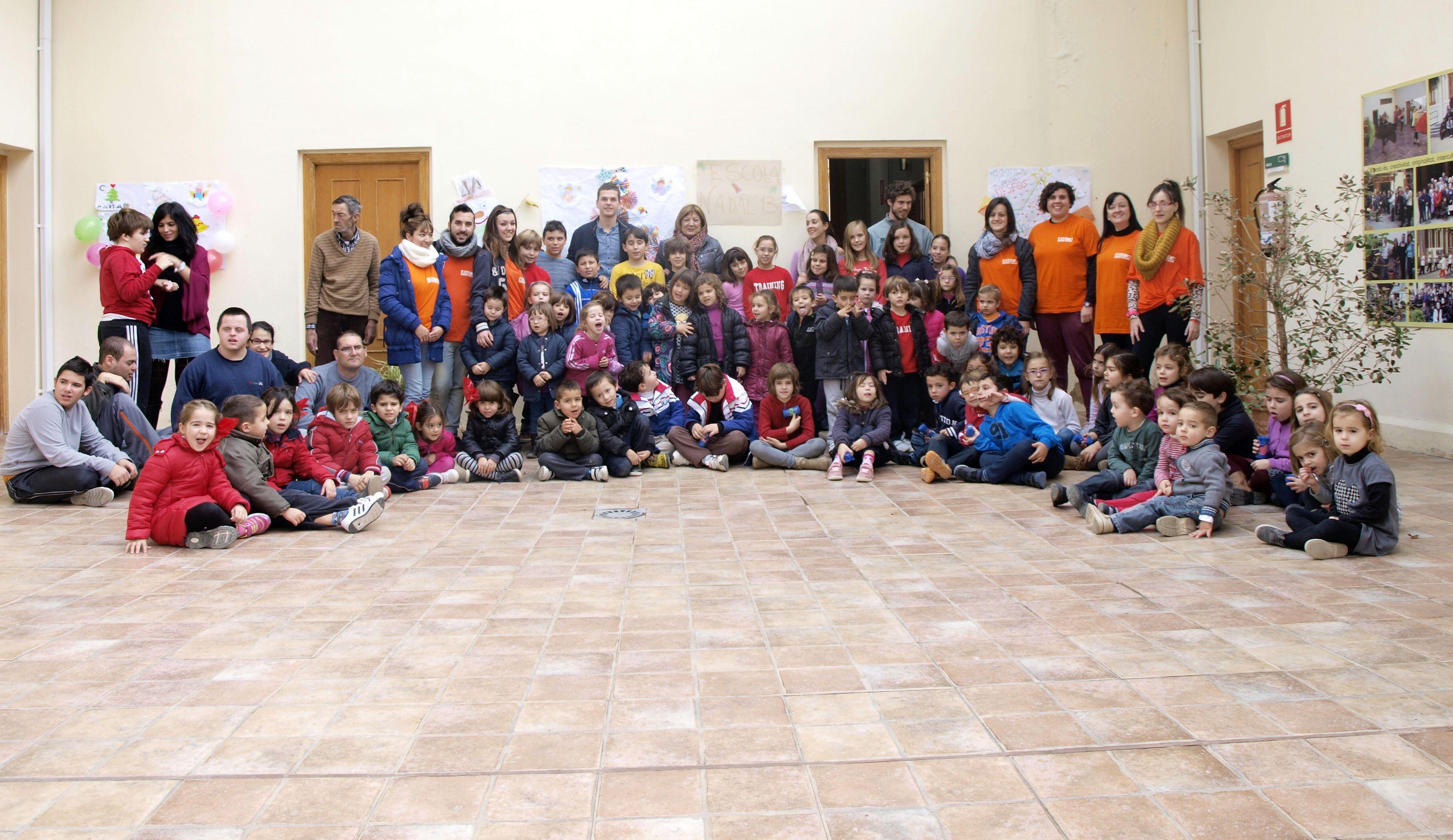 La alcaldesa de Catarroja junto con los niños y monitores despiden la Escoleta de Nadal. EPDA