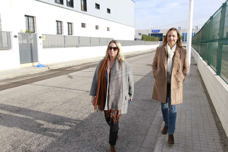 Paz Carceller y Elena Camarero visitando obras. EPDA
