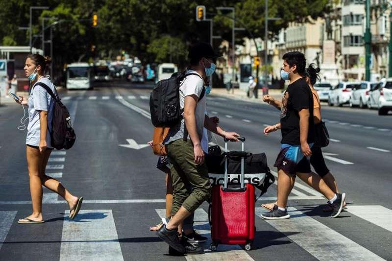 Gente paseando con mascarilla. Archivo EFE