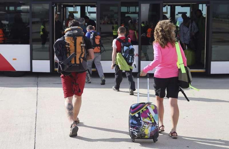 Viajeros arrastrando las maletas. EFE/Ballesteros/Archivo