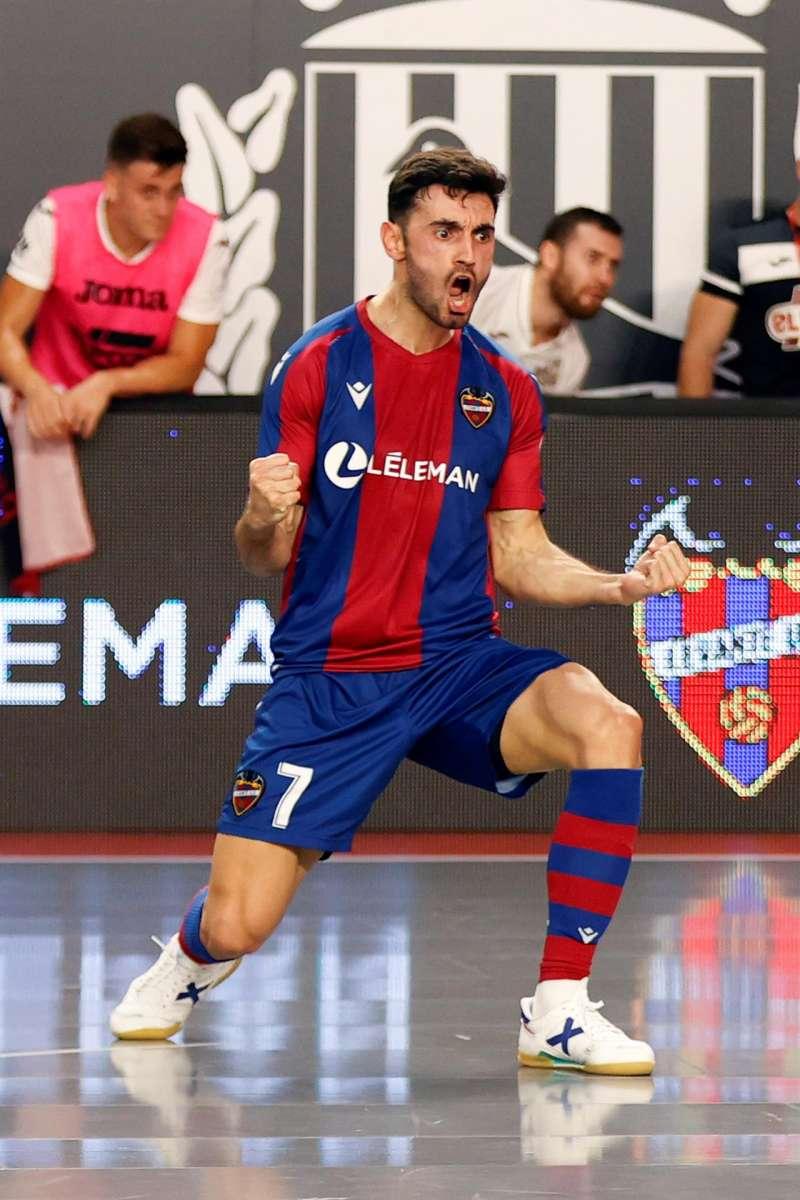 El jugador del Levante Rubi Lemos festeja un gol EFE/Toni Albir