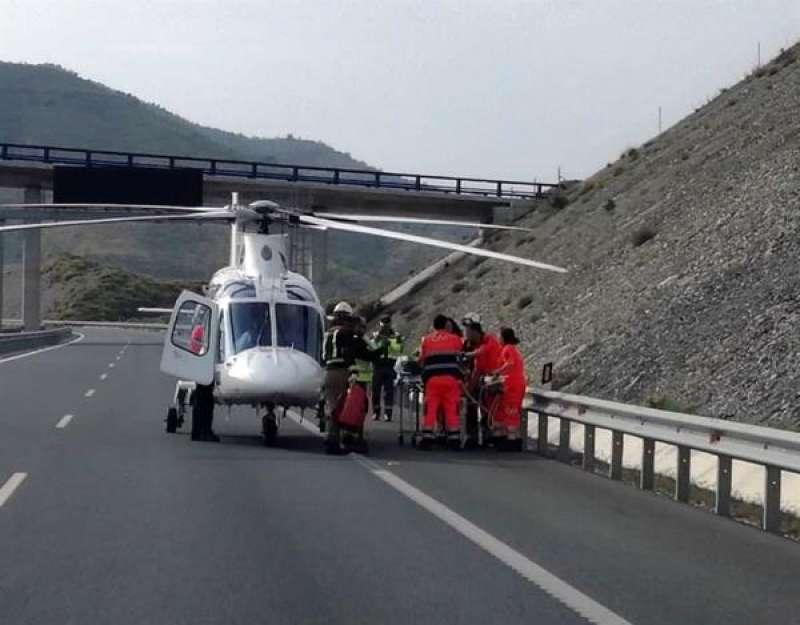 Imagen de archivo de un helicóptero en las labores de auxilio tras un accidente de tráfico en una autovía. EFE/str/Archivo./ EPDA