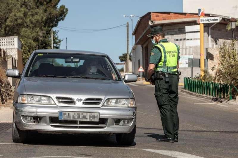 Una patrulla de la Guardia Civil realiza un control. EFE/ Biel Aliño