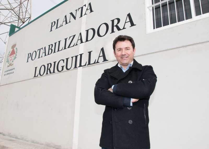 javier Cervera, en su época de alcalde, ante la planta potabilizadora de Loriguilla. Foto: Pau Tineo (Infoturia)