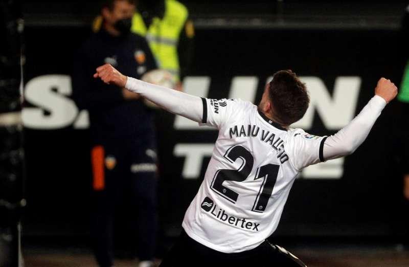 - El jugador del Valencia, Manu Vallejo, celebra el primer gol marcado al Celta durante el partido de LaLiga Santander de la jornada 24 que disputan este sábado en el estadio de Mestalla. EFE/Juan Carlos Cárdenas