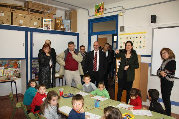 La consellera con el alcalde de Albalat dels Tarongers en el aulario. EPDA
