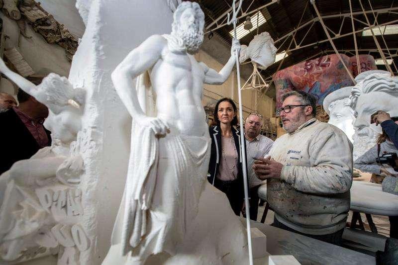 La ministra de Industria, Comercio y Turismo, Reyes Maroto, durante su visita la Ciudad del Artista Fallero en Valencia. EFE
