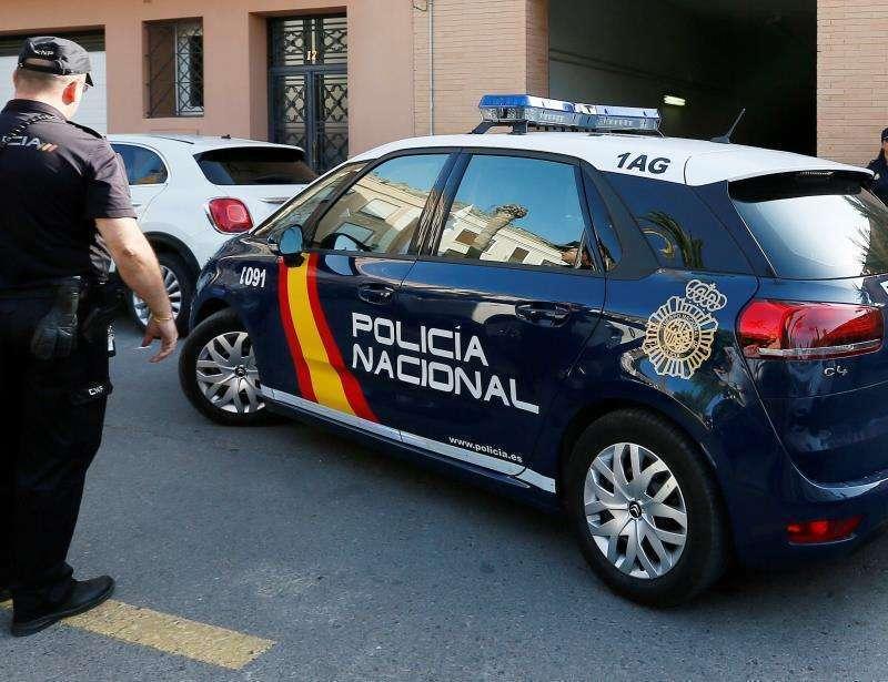Un agente ante un coche de la policía en València. EPDA