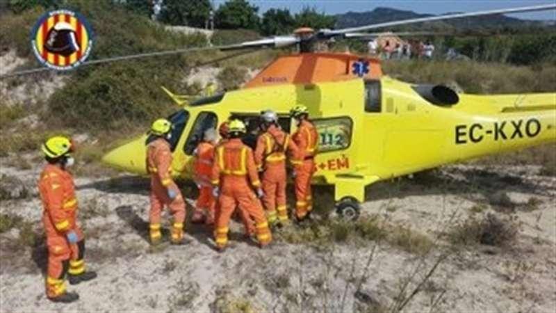 El Consorcio de Bomberos de València trasladando en helicóptero a los heridos del accidente en Rugat. EFE/Consorcio de Bomberos de València