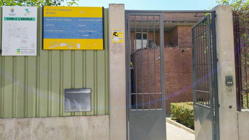 Puerta de IES Les Alfàbegues. EPDA.