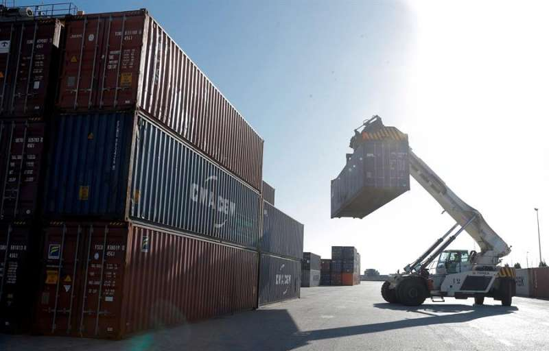 Un manipulador de contenedores trabaja en la carga de un tren en el puerto de València. EFE/Kai Försterling/Archivo