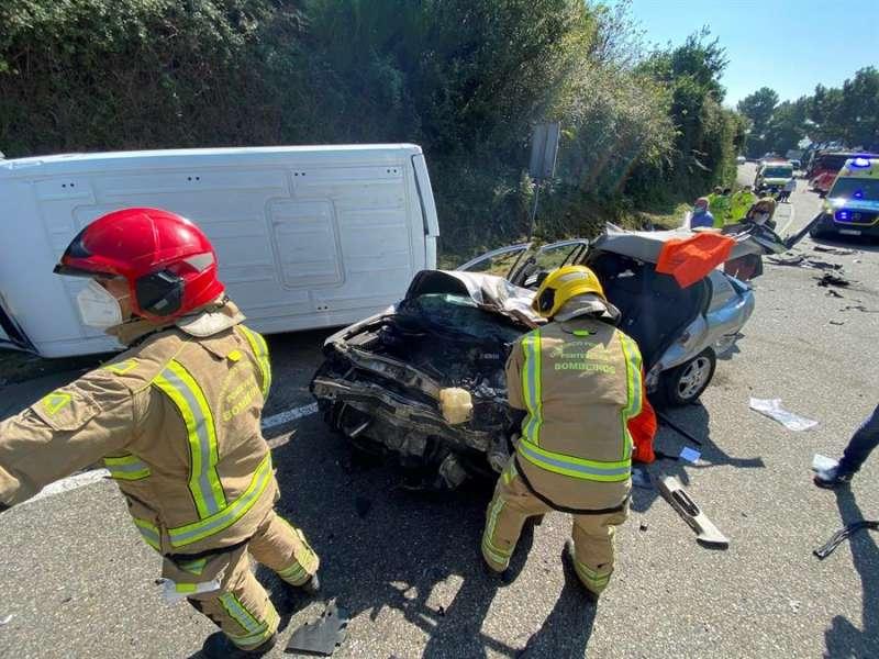 Un accidente de tráfico entre una furgoneta y un camión, en una imagen de archivo. EFE/ Sxenick