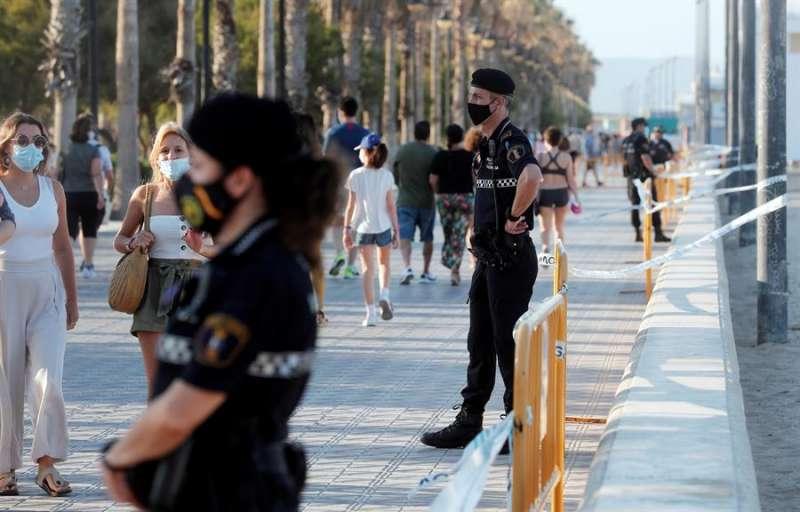 Agentes de policía controlan los accesos a una playa valenciana. EFE