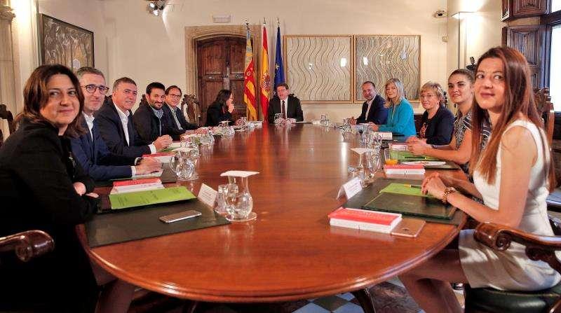 El president de la Generalitat, Ximo Puig (centro), preside el primer Pleno del Consell de la legislatura. EFE