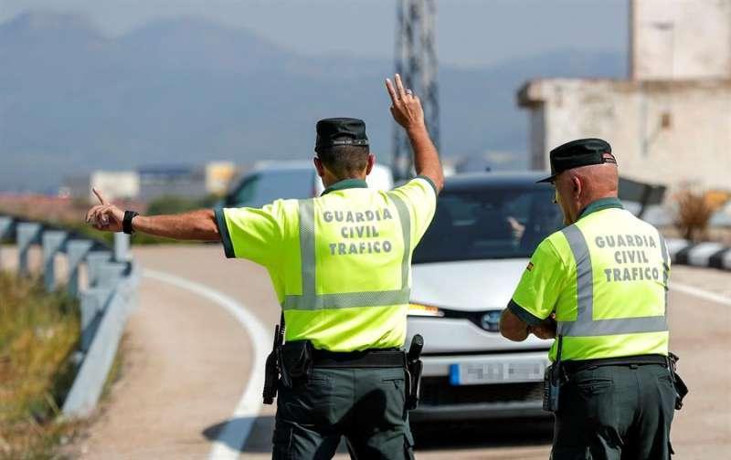 Imagen de archivo de dos agentes de la Guardia Civil en un control de tráfico. EPDA