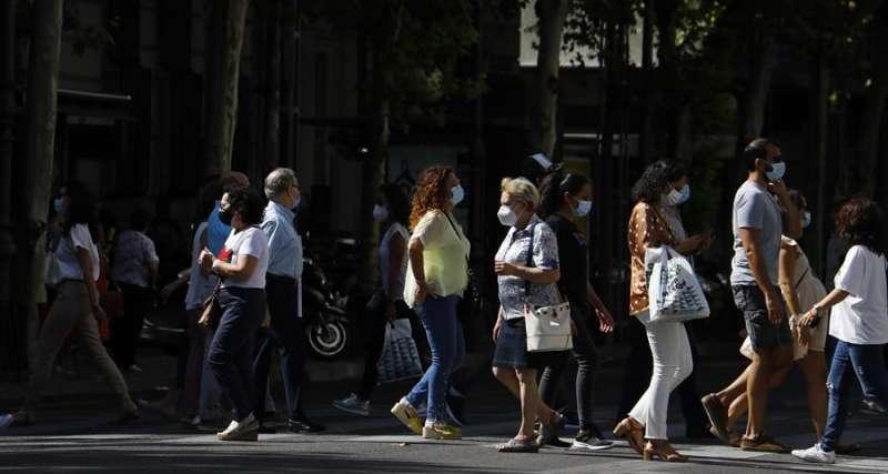 Personas con mascarilla caminan por una calle. EFE/Archivo