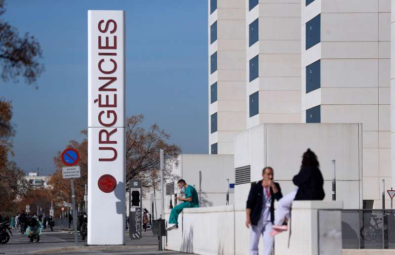 Imagen de archivo de personal sanitario del hospital La Fe de Valencia. EFE
