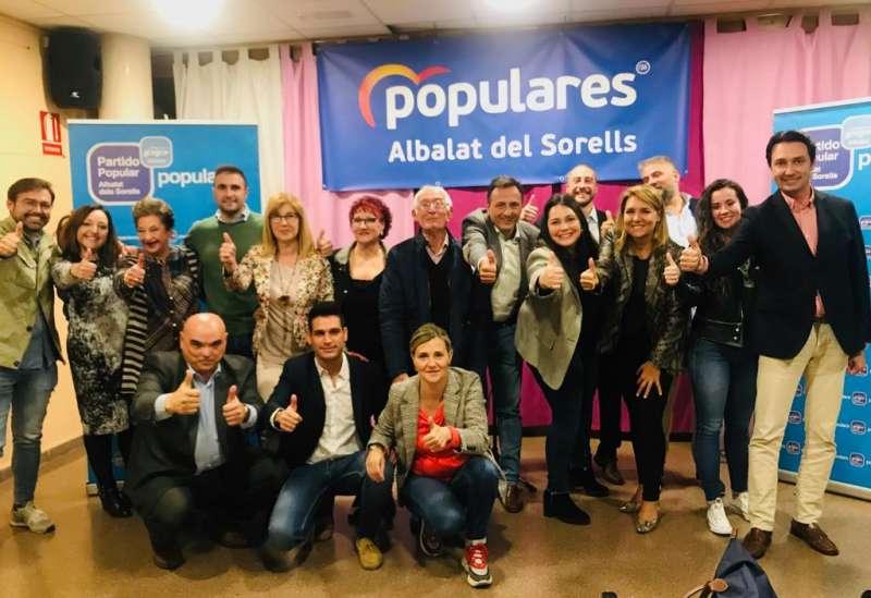 Compañeros del PP arropando al candidato de Albalat dels Sorells.