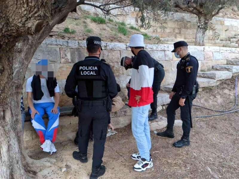 Un momento de las actuaciones realizadas el sábado por la Policía Local de Alicante en una imagen facilitada por el Ayuntamiento.
