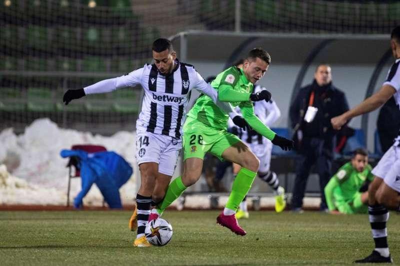 El defensa portugués del Levante UD Rubén Vezo (i) pelea un balón con el delantero del CF Fuenlabrada Borja Garcés. EFE/Rodrigo Jiménez