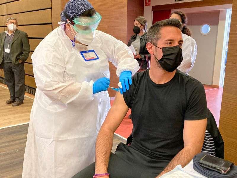 Un hombre se vacuna del coronavirus en Valencia