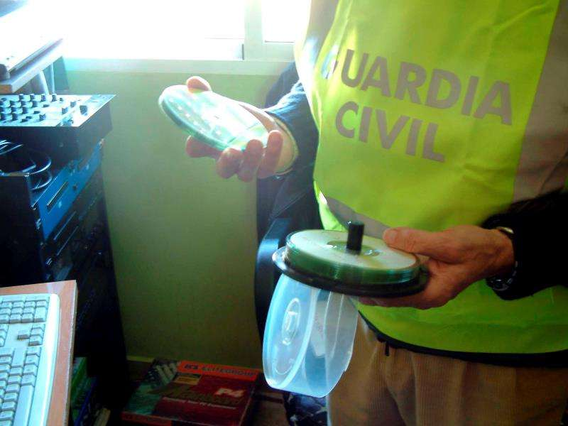 Un guardia civil requisa varios CD intervenidos en una operación. EFE/Archivo