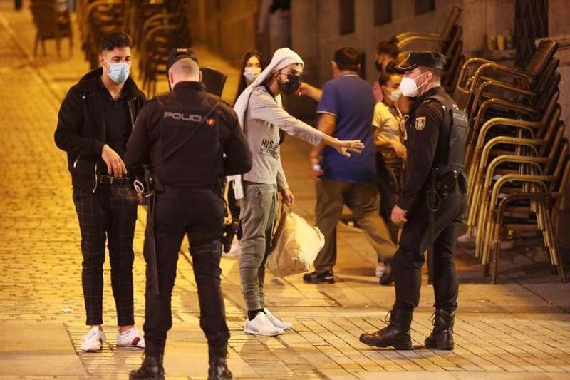 Policía sancionando a varios individuos. Foto de archivo.