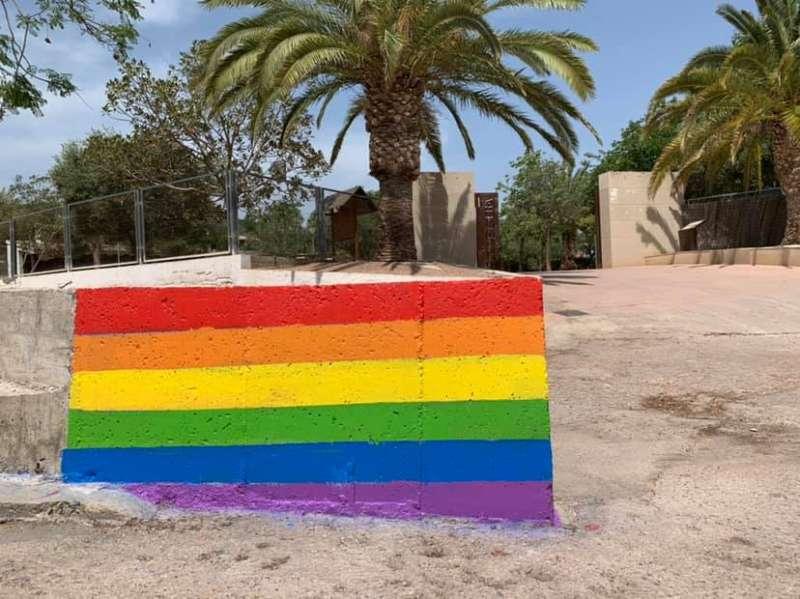 Bandera del orgullo gay en Benifairó de les Valls. EPDA