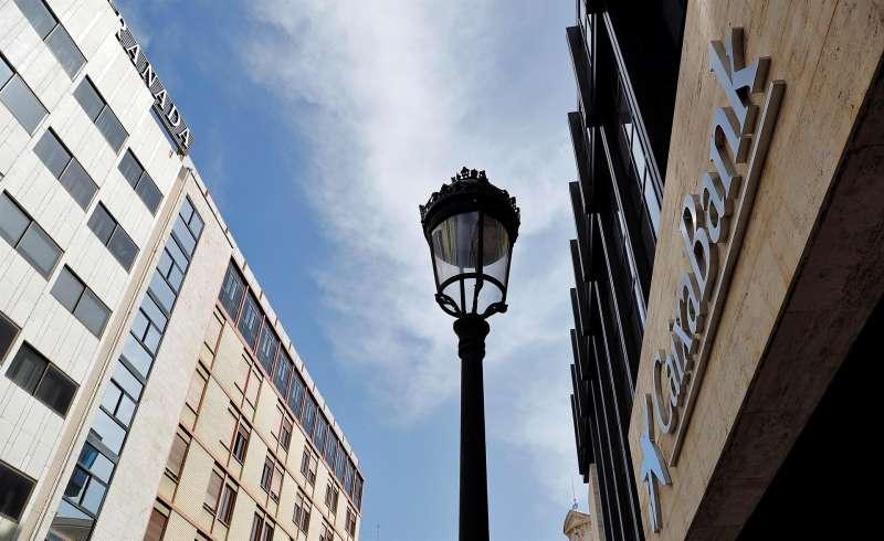 Imagen de archivo del logo de Caixabank en lo que era la sede social de Bankia en València.