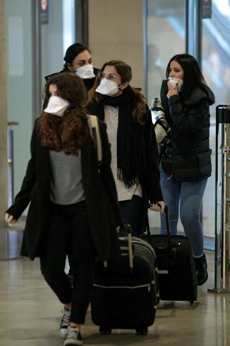 Viajeros procedentes de Italia protegidos con mascarillas a su llegada al aeropuerto de Manises (Valencia). EFE