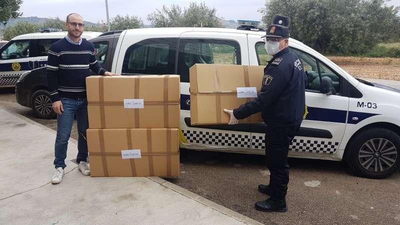 Momento de la entrega de material por la Policía Local. / EPDA