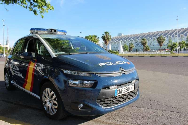 Un coche de la Policía Nacional frente a la Ciudad de las Artes y las Ciencias de Valencia