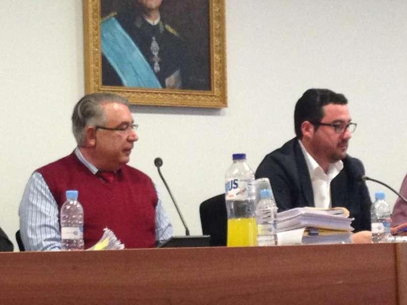 El ex secretario de Canet y el alcalde en un pleno. EPDA