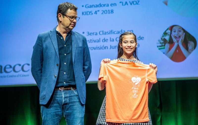 Presentació de la samarreta oficial del circuit la AECC va voler comptar amb Melani García. / EPDA