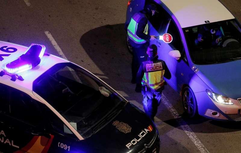 Una patrulla de la Policia Nacional realiza un control nocturno en Valencia.