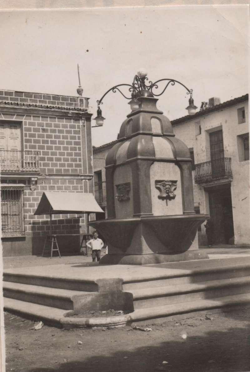 Fotografia antiga de la font de la Plaça Major. EL MOLÍ