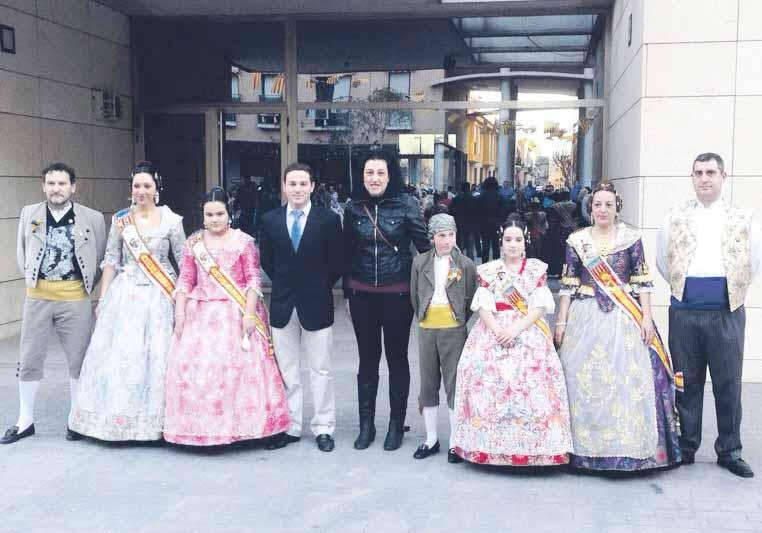 El alcalde con las Falleras Mayores y los presidentes.