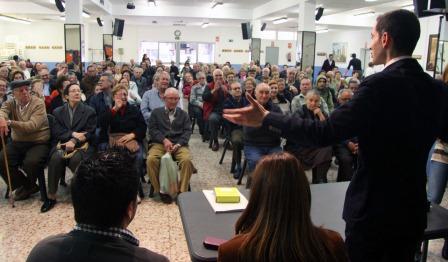 El acto de entrega de los bonos de transporte se ha celebrado esta mañana en el centro municipal de Maestro Palau. FOTO: EPDA.