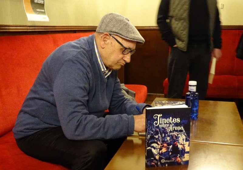 Luis Gispert en la firma de libros