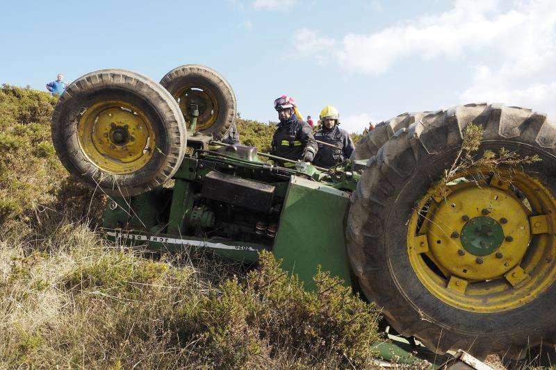 Un tractor volcado en un accidente. Archivo/EPDA