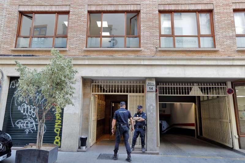 Agentes de la Policía Nacional en la entrada de la empresa pública Divalterra, durante una intervención por el caso Imelsa. EFE