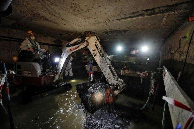 Limpieza el colector norte del que se han extraído 5.000 toneladas de residuos. EFE