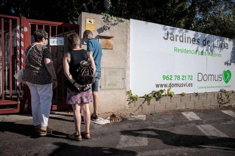Familiares acceden a la residencia Domus VI de Llíria (Valencia), en una imagen de principios de septiembre. EFE