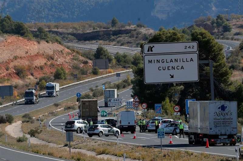 Un control de la Guardia Civil en la A-3 por el cierre perimetral de la Comunitat Valenciana. EFE