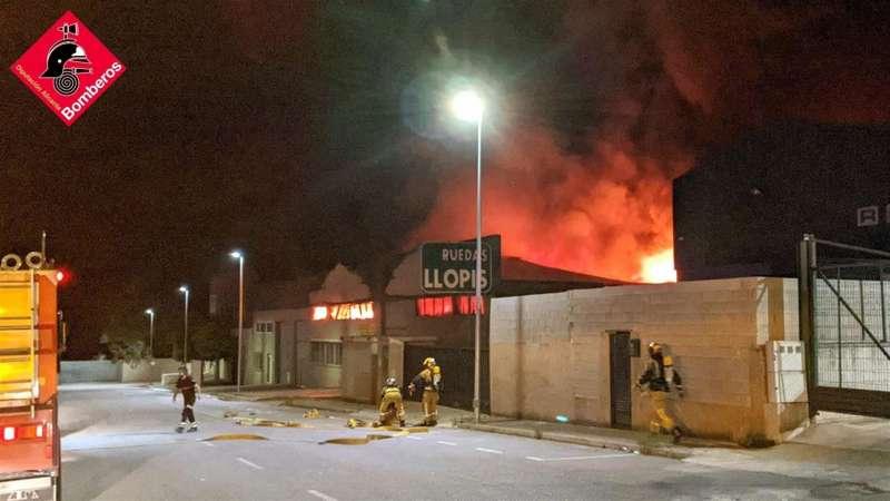 Una imagen del incendio facilitada por el Consorcio Provincial de Bomberos. EFE