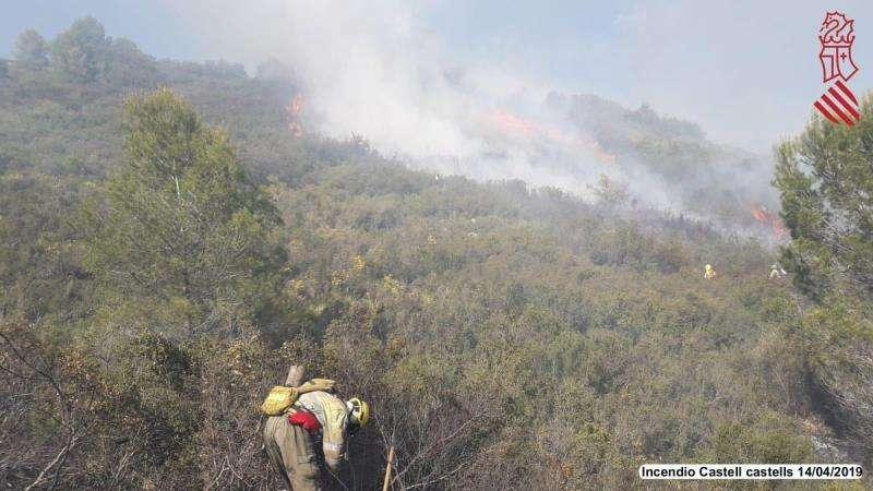 Imagen de las tareas de extinción del incendio de Castell dels Castells. EFE/Consorcio Provincial de Bomberos de Alicante
