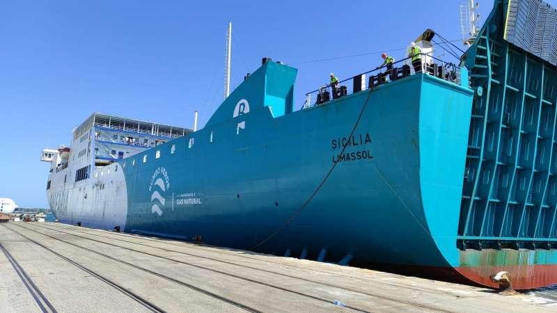El ferry Sicilia, que traslada a los estudiantes, durante las labores de atraque en València.